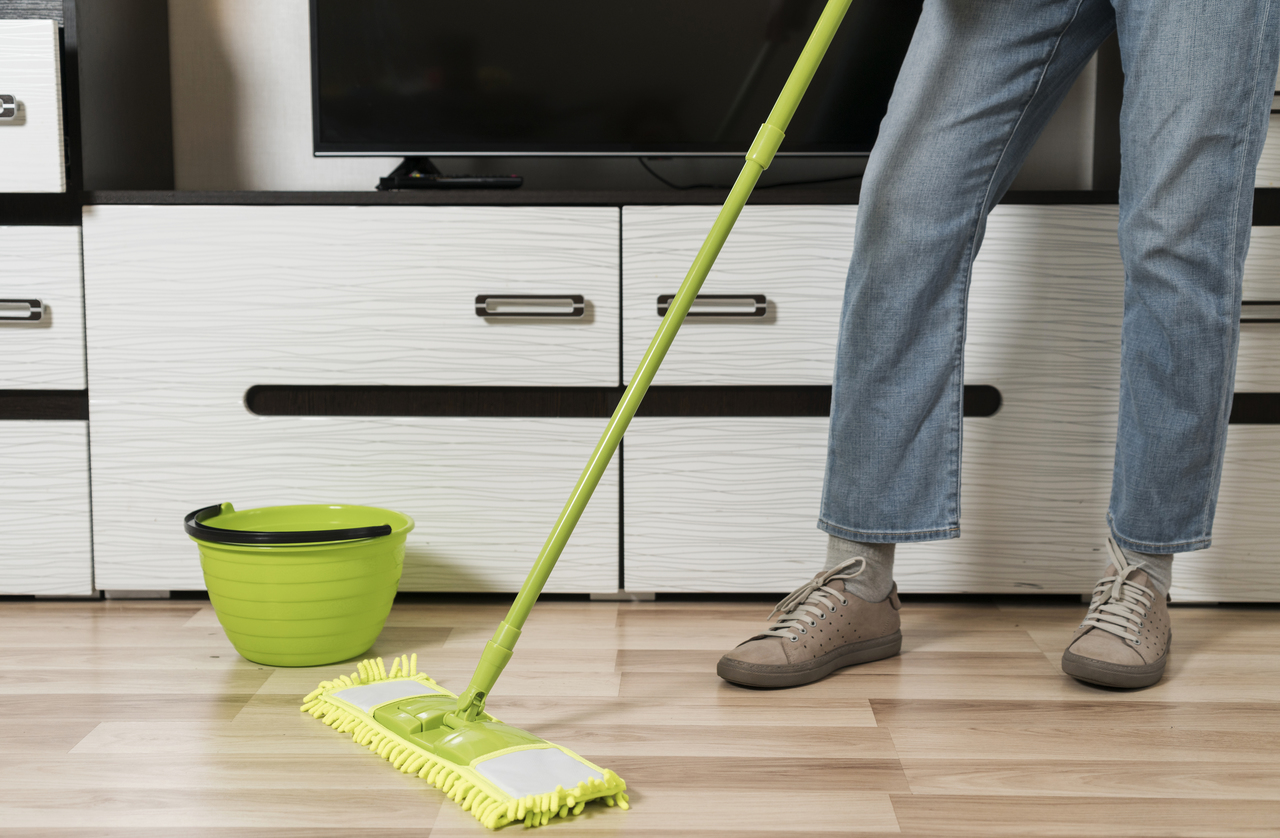 Cleaning hardwood flooring with a vinegar solution